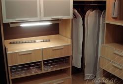Полки внутри гардеробной комнаты на заказ