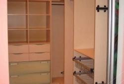 Гардеробная комната на заказ с дверями купе - вид изнутри